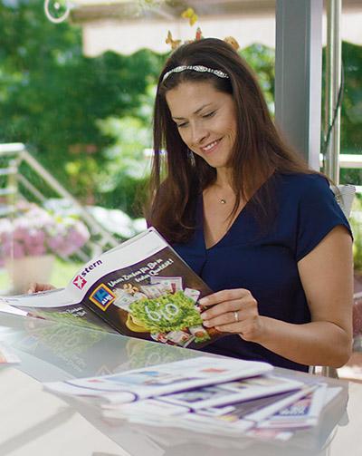 Persönliche Übergabe der Zeitschriften beim Abonnenten